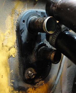 Ослабление хомутов и снятие шлангов с труб радиатора отопителя